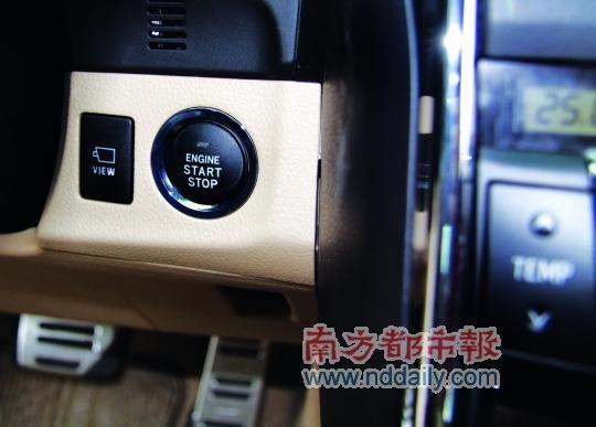 南方都市报11月2日报道 REIZ锐志是丰田汽车在中国市场中相当重要的战略车款之一,自2005年引入一汽丰田国产后即赢得不俗反馈,树立了丰田品牌的运动轿车形象。近日,继皇冠之后锐志也进行了改款,原厂设计师延续了之前的设计理念:新锐志不仅沿袭家族面貌,同时更强调安全舒适的操控乐趣。  外观 家族面貌与运动个性相统一   车灯是所有车辆设计的精神所在,新锐志的车头大灯也不例外。全新设计的三联式前大灯同老款相比更加锐利,增添了不少动感形象。同时,新锐志采用重新设计过的五点式水箱护罩造型,新的设计除了更能兼顾