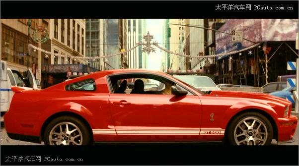[编者按] 在中国,福特野马明显比其它的美系跑车拥有更高的知名度。与卡马罗凭借在《变形金刚》中成功饰演大黄蜂而一夜窜红不同,福特野马无疑是电影中的一棵常青树。接下来,我们就翻开历史的画卷,为您逐一介绍世界电影中的福特野马。    说到演电影,野马还是一个地道的童星!是的,在1964年刚刚诞生之际,它就被搬上的银屏。记得那部电影名叫《圣特鲁佩斯的警察》(The Gendarme Of St Tropez),也许大家有些陌生,它是法国著名的影星Louis De Funes(曾主演《虎口脱险》)的作品。