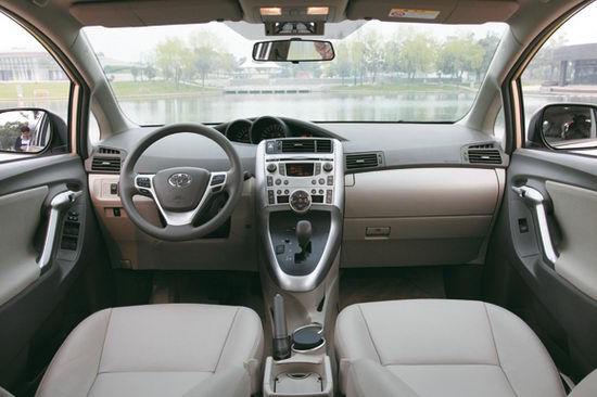 广汽丰田逸致   这是丰田在中国投产的7座车型,同时也是第一款将FUV的概念带给中国消费者的车型。   先来解释一下FUV,这3个字母是Fashionable Utility Vehicle的缩写,意指时尚多功能车辆。按照通俗的车型分类,逸致的大两厢车身和7个座椅设置更加接近一款MPV车型,但由于逸致采用了独特的宽体、低俯车身,与常见的MPV车型相比,逸致的车身轮廓摆脱了冗长的视觉感受,显得更加紧凑,而且宽车体还带来了宽敞的内部空间和乘坐舒适性。  广汽丰田逸致   超越MPV的外形   更容