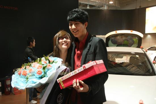 娇艳的玫瑰铺满了后备箱,气球鲜花交相映衬着两人甜蜜的爱情,心爱的图片